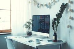 Freiberuflich tätiger Arbeitsplatzcomputer auf einem Schreibtisch keine Seitenansicht der Leute Lizenzfreies Stockfoto