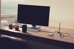 Freiberuflich tätiger Schreibtisch mit Topfpflanze Stockfotografie