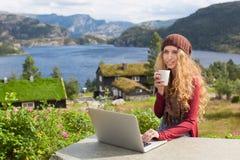 Freiberuflich tätiges Mädchen, das an Laptop in der Natur arbeitet Lizenzfreies Stockfoto