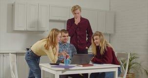 Freiberuflich tätiges Team, das neues Startprojekt gedanklich löst stock video