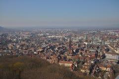 Freiburg Γερμανία εικονική παράσταση πόλης με το διάσημο μοναστηριακό ναό από τον πύργο schlossberg στοκ εικόνες