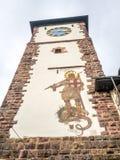 Freiburg byggnader med klockatornet Arkivbilder