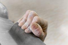 Freie Bergsteigerhand in quetschverbindenstellung Lizenzfreies Stockfoto
