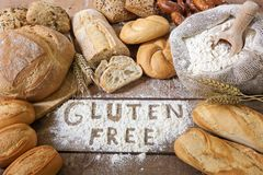 Freie Brote des Glutens auf hölzernem Hintergrund Stockfoto