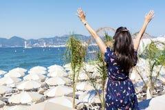Freie Frau, die den Sommer mit den offenen Armen auf dem Strand genießt Stockfoto
