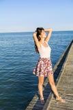 Freie Frau, die den Sommer mit den offenen Armen auf dem Strand genießt Stockbilder