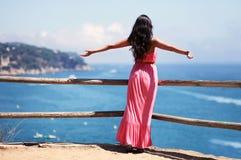 Freie Frau, die Landschaft genießt Lizenzfreies Stockbild