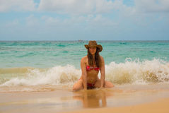 Freie Frau im Hut die Freiheit genießend, die am Strand von Meer glücklich sich fühlt lizenzfreie stockfotos