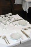 Freie Gaststättetabelle auf der Straße bereitete sich für das Mittagessen vor Stockbild
