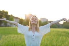 Freie glückliche Frau, die draußen Natur genießt Getrennt auf Schwarzem stockbilder