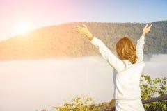 Freie glückliche Frau, die Natur genießt lizenzfreie stockfotografie