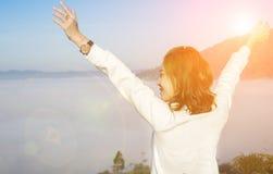 Freie glückliche Frau, die Natur genießt stockfotografie