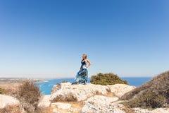Freie glückliche Frau, die Natur genießt Schönheits-Mädchen im Freien Getrennt auf Schwarzem Stockfotografie