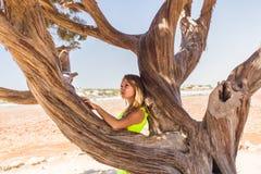 Freie glückliche Frau, die Natur genießt Schönheits-Mädchen im Freien Getrennt auf Schwarzem Stockfoto