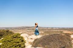 Freie glückliche Frau, die Natur genießt Schönheits-Mädchen im Freien Getrennt auf Schwarzem Stockbilder