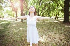 Freie glückliche Menschen im Freien stockbilder