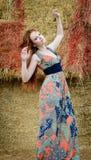 Freie junge Frau des roten Haares mit Sommersprosse Lizenzfreies Stockfoto