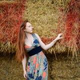 Freie junge Frau des roten Haares mit Sommersprosse Lizenzfreies Stockbild