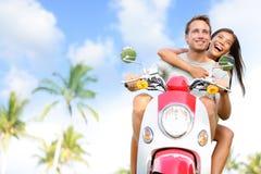 Freie junge Paare auf Roller auf Sommerferien Stockbilder