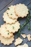Freie Keksplätzchen des selbst gemachten Glutens mit Niederlassungen des Thymians Stockfotos