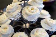 Freie kleine Kuchen des Glutens mit weißer Zuckerglasur lizenzfreie stockfotos