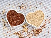 Freie Kornquinoa des Glutens in den Schüsseln auf Küchentisch lizenzfreies stockbild