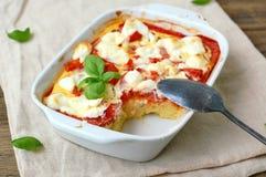 Freie Mahlzeit des Glutens von gebratenem Maismehl, von Tomate, von Ziegenkäse und von Basilikum in der weißen Schüssel auf dem S stockfotografie