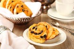 Freie süße Strudelbrötchen des frischen Glutens mit Rosinen Stockbild
