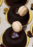 Freie Schokoladenkuchen des Glutens, Klecks des Schokoladenfondanten, mit Vanillecremeplätzchen Stockfoto