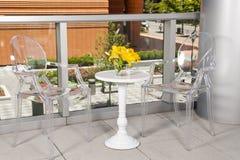 Freie Stühle mit weißer Tabelle Stockfotos