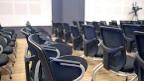 Freie Stühle oder Stühle in der Halle Vorbereiten für ein Seminar oder eine Konferenz stock footage