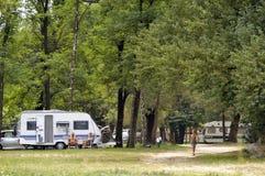 Freie Stellen mit dem Campingplatz Lizenzfreies Stockfoto