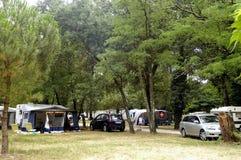 Freie Stellen mit dem Campingplatz Stockbild