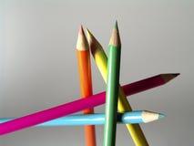 Freie Stellung farbige Bleistifte stockbilder