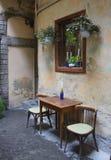 Freie Tabelle in einem Straßencafé Stockbilder