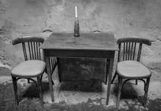 Freie Tabelle in einem Straßencafé Lizenzfreie Stockbilder