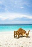 Freie Tabelle für zwei auf dem Strand mit Ozeanansicht Lizenzfreie Stockfotografie