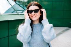 Freienporträt des schönen jungen brunette oben lächelnden Mädchens, Abschluss Jugendlichhippie-Mädchen mit der Sonnenbrille, die  lizenzfreie stockfotografie