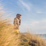 Freier aktiver Mann, der Schönheit der Natur genießt Lizenzfreie Stockfotos