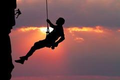 Freier Bergsteiger bei Sonnenuntergang vektor abbildung