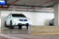 Freier Parkplatz und konkreter Radhalt lizenzfreies stockbild