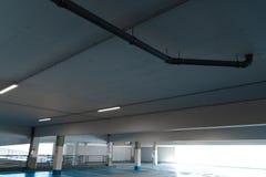 Freier freier Parkplatzraum in einem Einkaufszentrenmulti Geschichten-Parkplatz stockfotografie