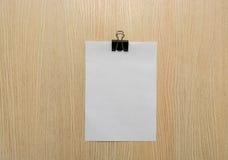 Freier Raum der Broschüre ist auf einem hölzernen Schreibtisch Schablone für Ihre Auslegung Stockfoto