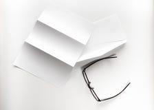 freier Raum des Briefpapiers und des Umschlags mit Brillen Lizenzfreie Stockfotos