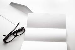 freier Raum des Briefpapiers und des Umschlags mit Brillen Lizenzfreie Stockbilder
