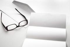 freier Raum des Briefpapiers und des Umschlags mit Brillen Lizenzfreie Stockfotografie