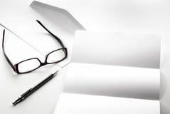 freier Raum des Briefpapiers und des Umschlags mit Brillen und Stift Stockfotografie