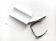 freier Raum des Briefpapiers und des Umschlags mit Brillen und Stift Stockfoto