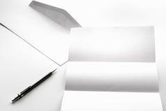freier Raum des Briefpapiers und des weißen Umschlags mit Stift Stockfoto