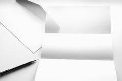 freier Raum des Briefpapiers und des weißen Umschlags mit Stift Lizenzfreies Stockfoto